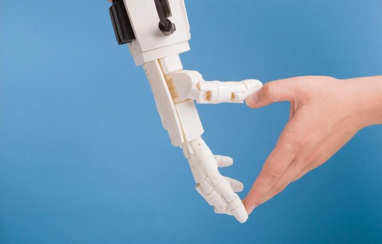 Menneske og robot møtes når vi snakker om regnskap og ai