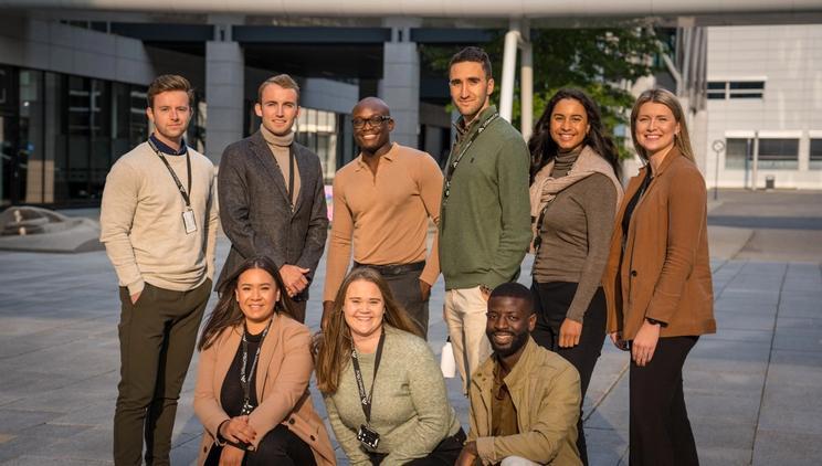 Ni kollegaer fra CST-teamet i 24SevenOffice står samlet til et gruppebilde