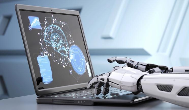 AI-robot-hender taster på laptop