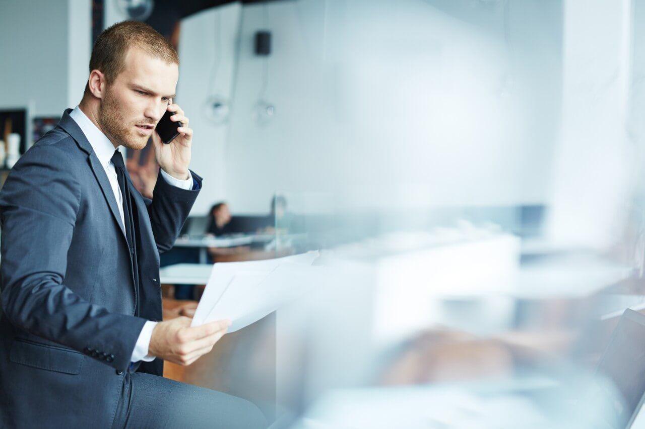 Businessmann som mestrer en hektisk konsulenthverdag