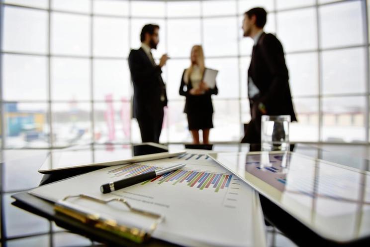tre personer diskuterer fremtidens banktjenester