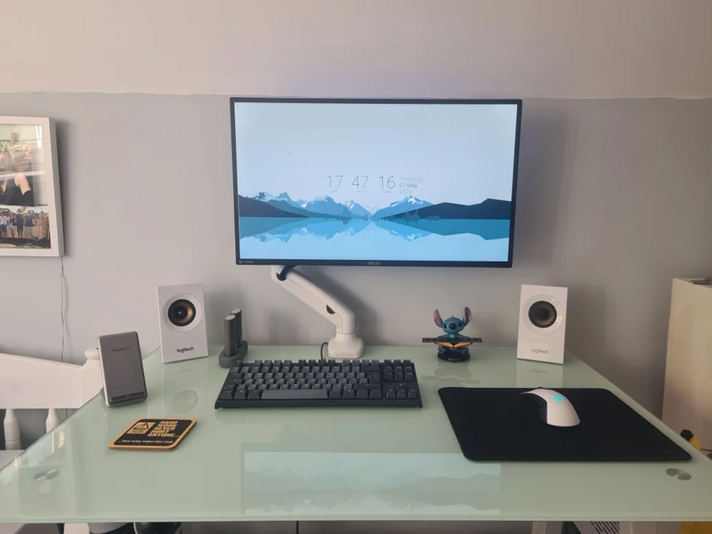 Single monitor desk setup with monitor arm