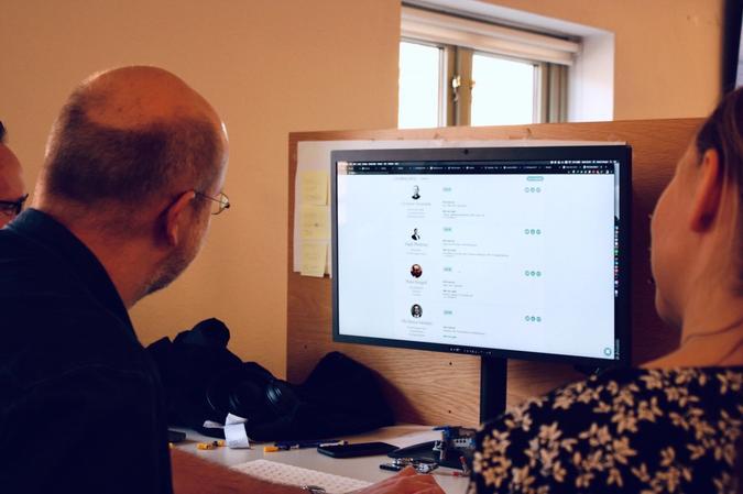 Peder og kollegaene studerer det brede utvalget av konsulentprofiler de har tilgang til på Folqplattformen