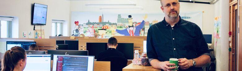 Peder Skou i utviklingsmiljøet til Undervisningsavdelingen som består både av fast ansatte og konsulenter