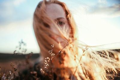 Donna con capelli sfibrati