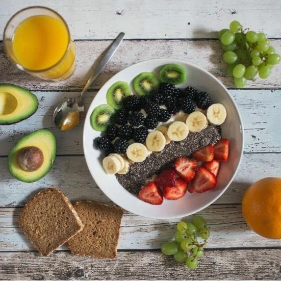 Bild på frukost med frukter, gröt och bröd
