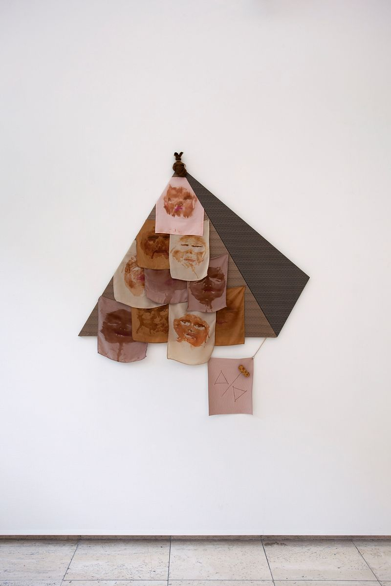 Ana Navas, Pyramide, 2018, fabric, hair, silk paint, bread, epoxy,145 × 155 cm, photo: Otto Polman