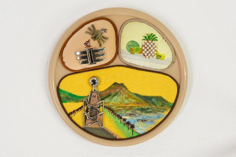Ana Navas, Lo que me acuerdo de la mitad del mundo, 2019, plastic plate, acrylic, fabric, trinket, Ø 25 cm, photo: Diego Torres