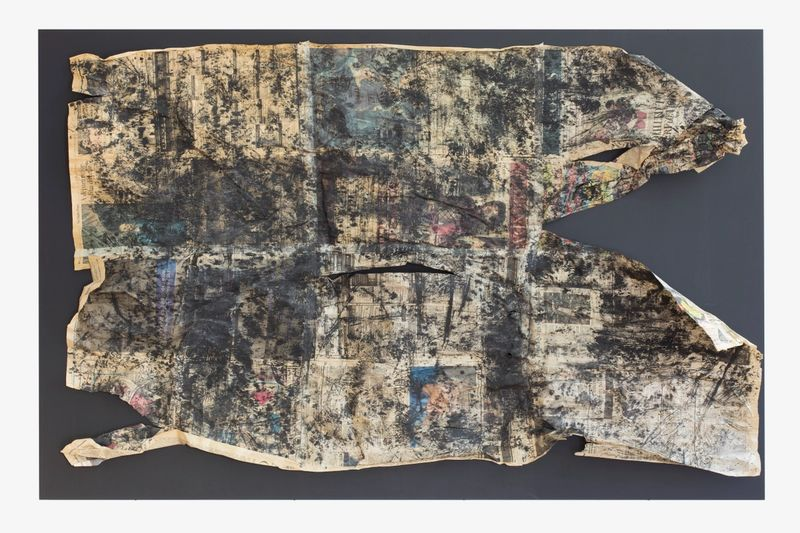 Anna McCarthy, Filthy Rich Earth, 2015, Frottage - Zeitungspapier auf MDF-Platte, 110 × 170 cm