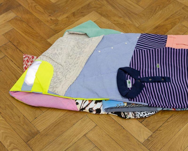 Malte Zenses, Du und Ich, sehr müde #2, 2020 second hand garments, 120 × 300 × 4,5 cm, photo: Sebastian Kissel