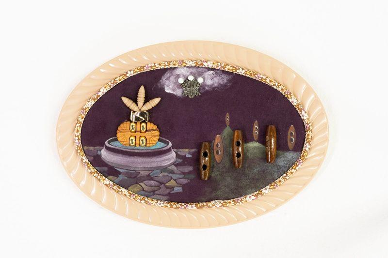 Ana Navas, Indianerbrunnen, 2019, plastic plate, acrylic, fabric, trinket, photo: Diego Torres,