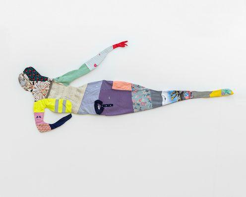 Du und Ich, sehr müde #2, 2020 second hand garments, 120 × 300 × 4,5 cm, photo: Sebastian Kissel