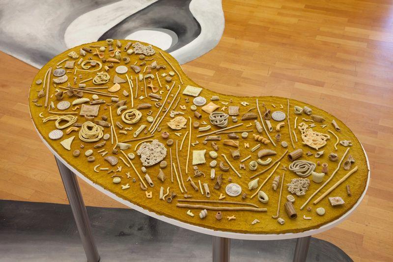 Ana Navas, Nudeln, ,2017, ,glazed ceramic, papiermâché, table, photo:HenningKrause,