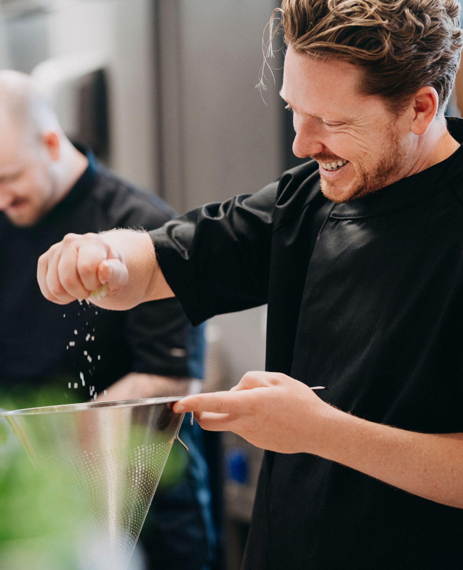 Tre kokker som lager mat