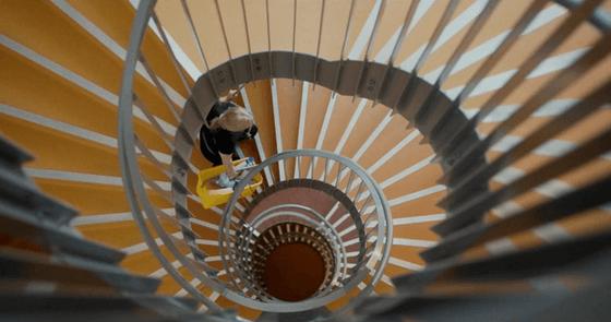 Renholdsarbeider som går nedover en trapp