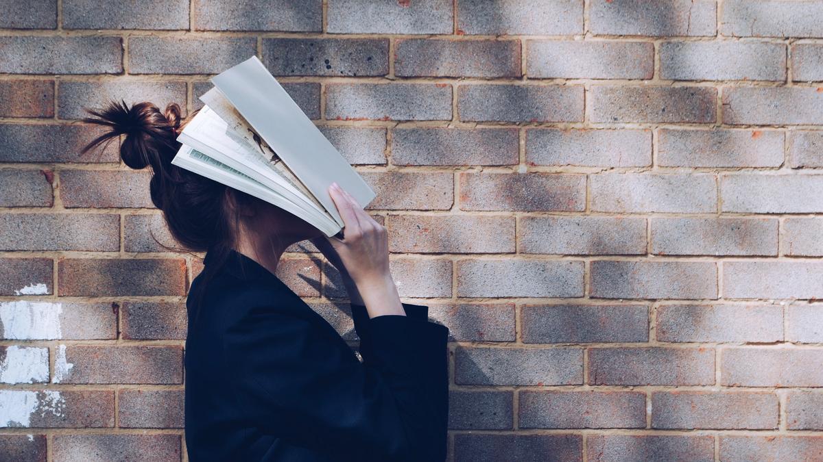 kvinne leser bok