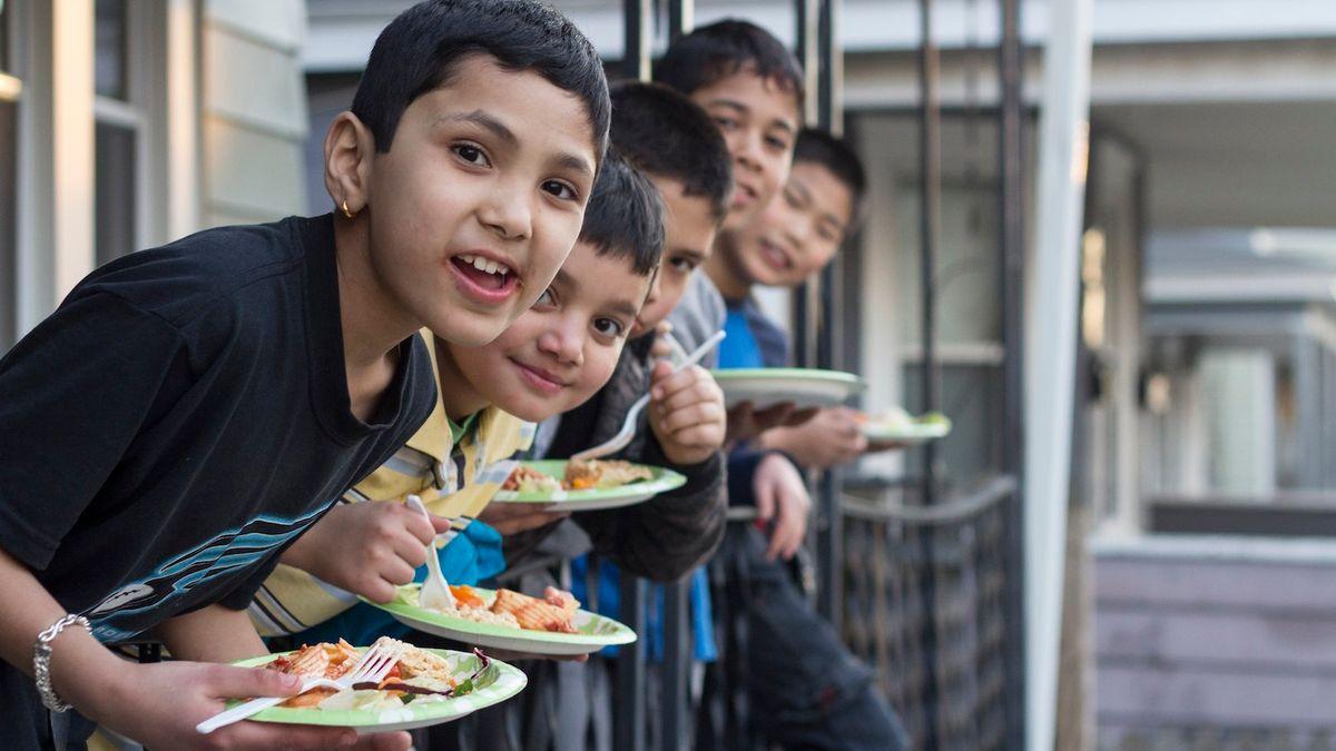 Gutter som spiser mat