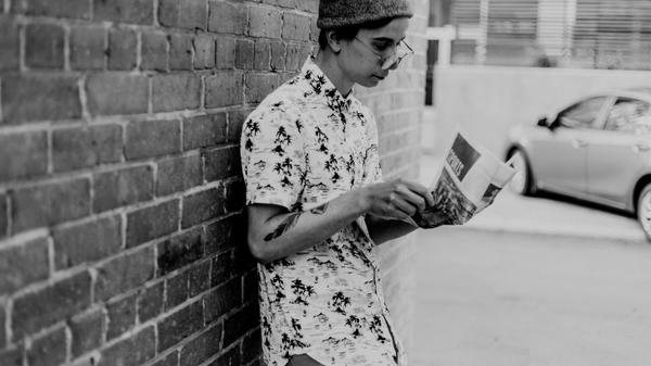 Ung gutt leser avisen