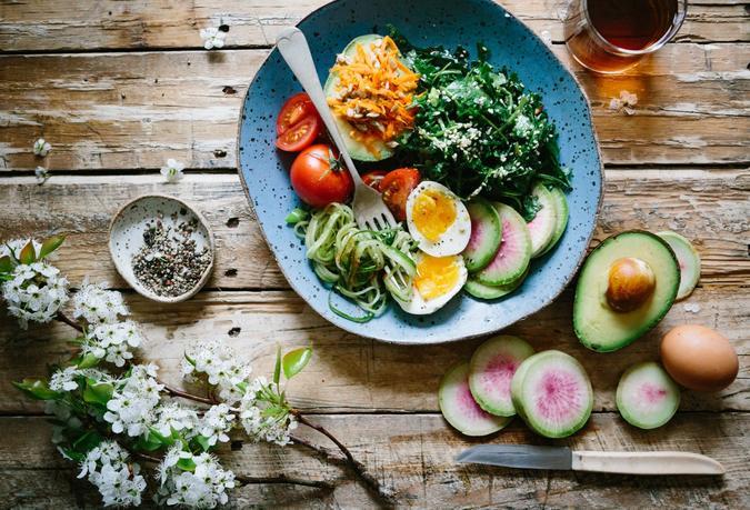 Illustrasjonsbilde av fargerik salat og en te tatt av Brooke Lark fra Unsplash