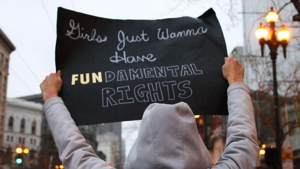 demonstranter med palycard skrevet grunnleggende rettigheter