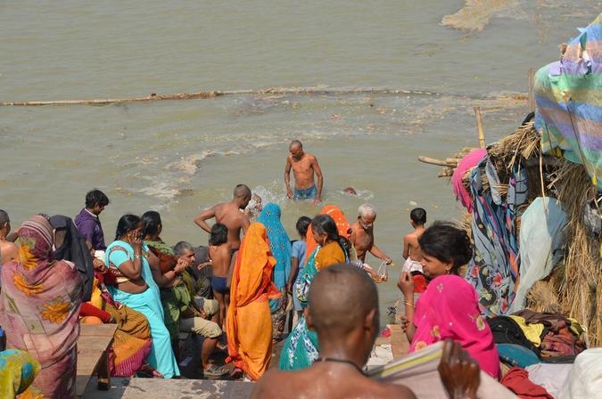 Bading i elven Sarayu tenkes å rense for moralsk urenhet. Ifølge en fortellingstradisjon fra Ayodhya må til og med helligstedet Prayag, som er der hinduismens største badefestival arrangeres, dra en gang i året til Ayodhya for å rense av seg all oppsamlet moralsk urenhet i elven Sarayu