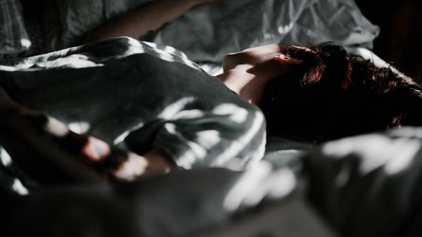 Person som ligger i en seng