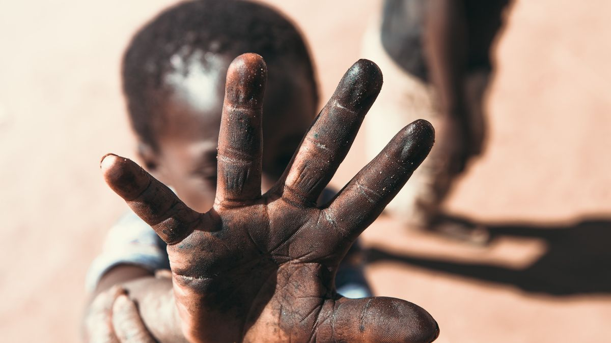 Illustrasjonsbilde av barn som holder handen foran ansiktet tatt av Atlas Green fra Unsplash