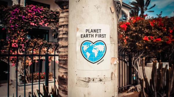 Bilde som sier Planet Earth først