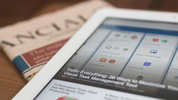 En avis og et nettbrett med nyheter