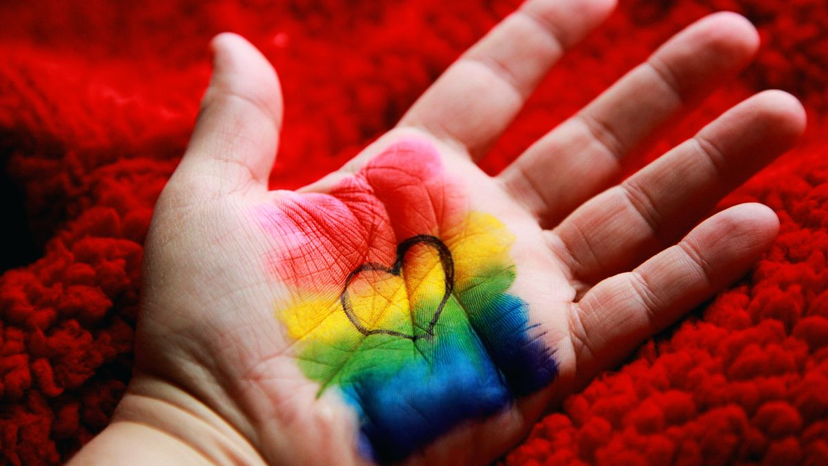 En hånd med Pride-flagg