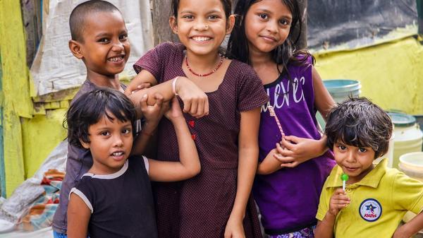 Gruppe med blide smilende indiske barn
