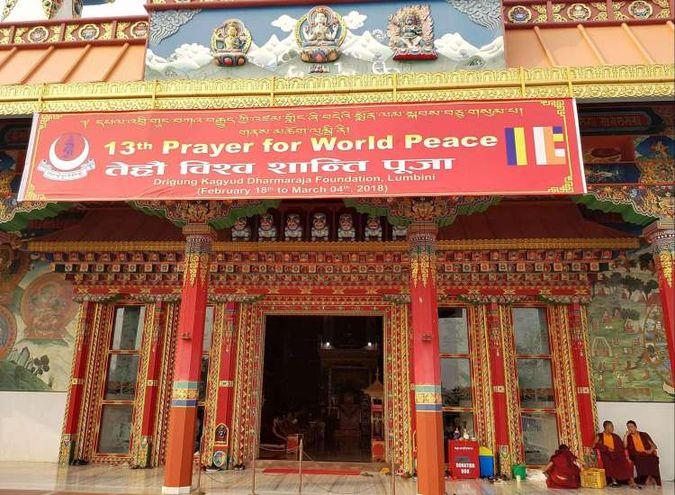 Over 200 Buddistiske munker møtes i Lumbini, Nepal for bønn for verdensfred i Lumbini. Foto av Kathrine Olsen Flåte