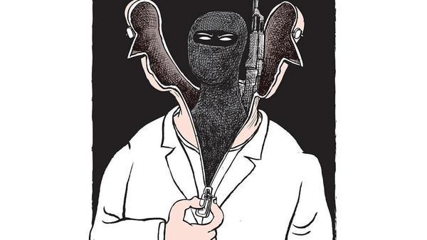 Illustrasjonsbilde. En person i maske med gevær som skjuler seg inne i antrekket til en mann i hvit joggedress.