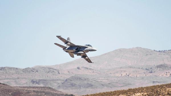 Illustrasjonsbilde av et jagerfly med fjell i bakgrunnen. Bilde tatt av Cedric Dhaenens fra Unsplash