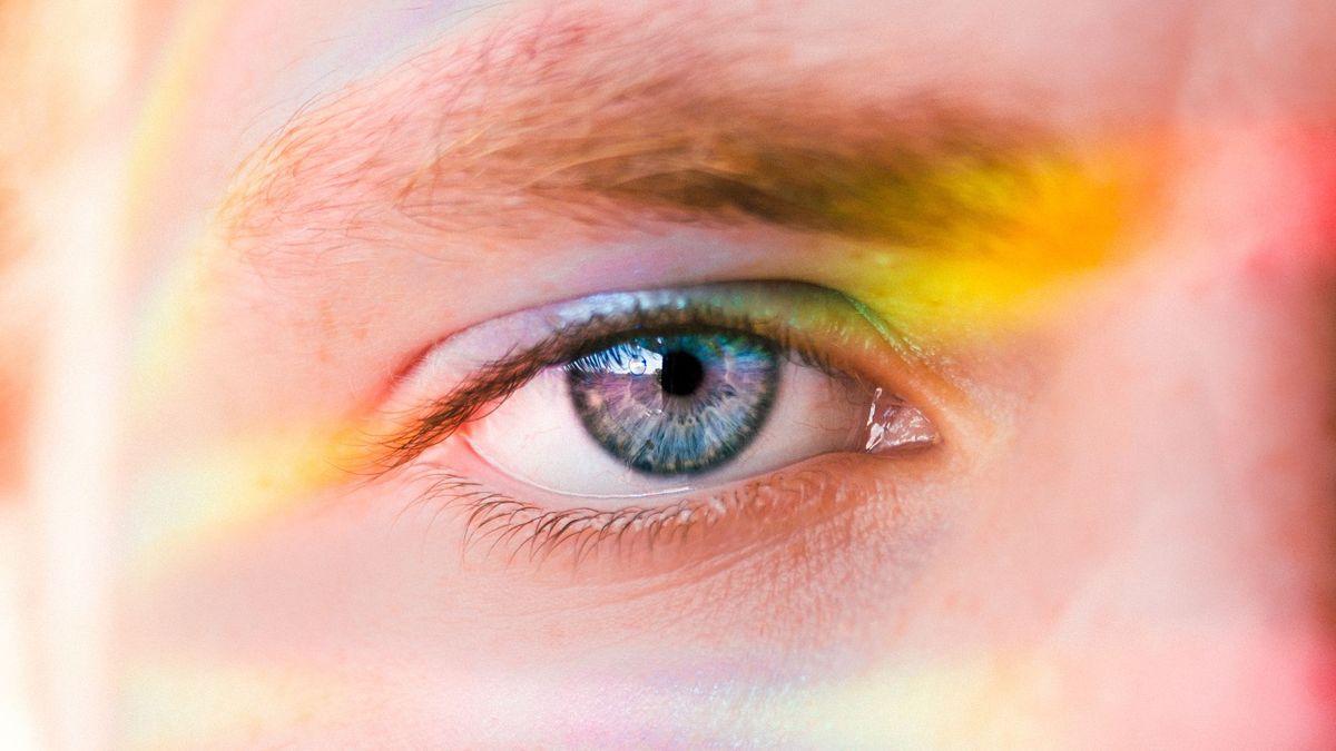 Bilde av gutt med regnbuelys over halve ansiktet