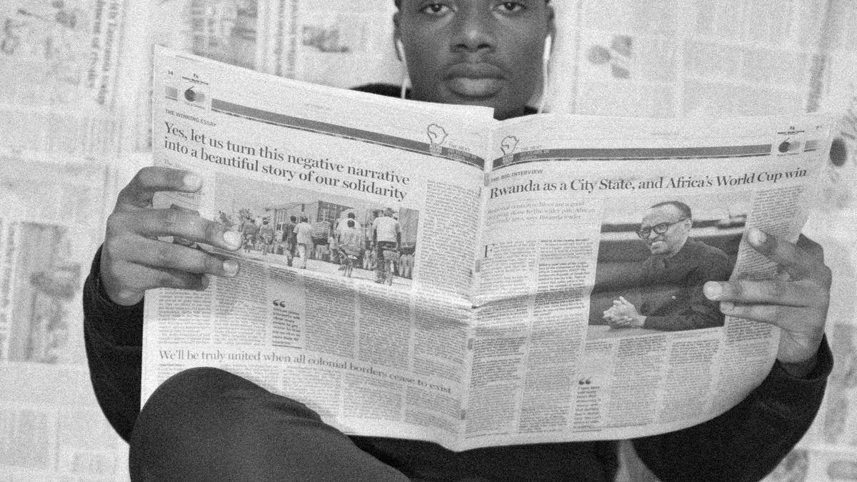 Illustrasjonsbilde av en mann som leser avisen tatt av Ian Maina fra Unsplash