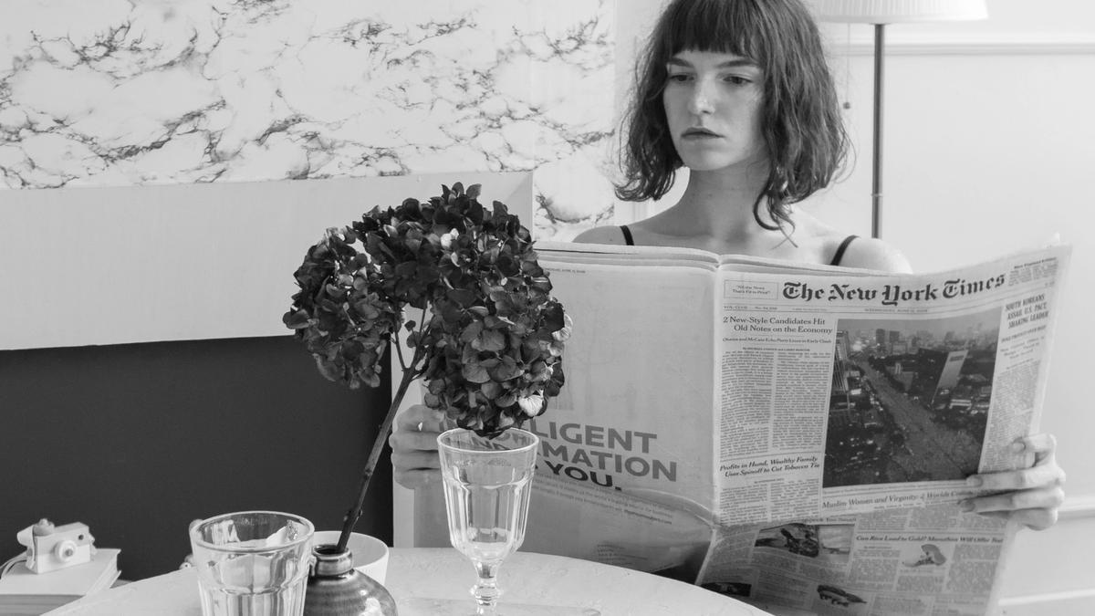 Kvinne leser avisen