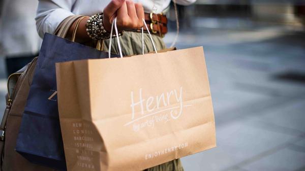 Kvinne med tre shoppingposer