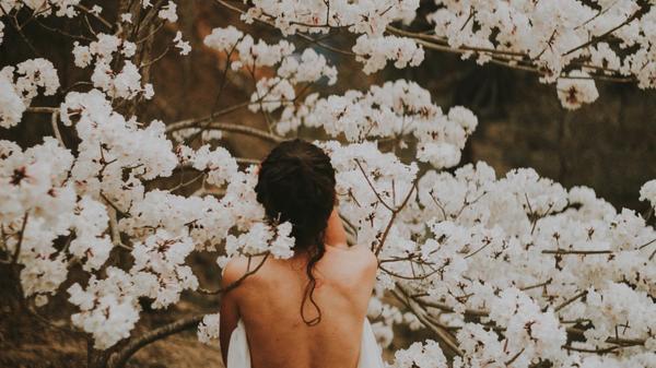 Kvinne under et kirsebærtre