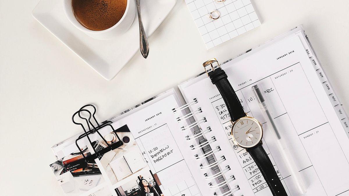 En almenakk med en klokke og en kaffikopp