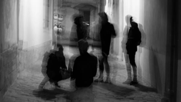 Illustrasjonsbilde av skygger av folk tatt av Olesya Yemets fra Unsplash
