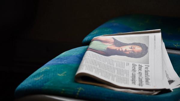 En avis ligger på ett sete i offentlig transport