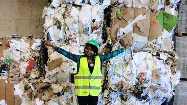 Jente med bakgrunnen av avfall