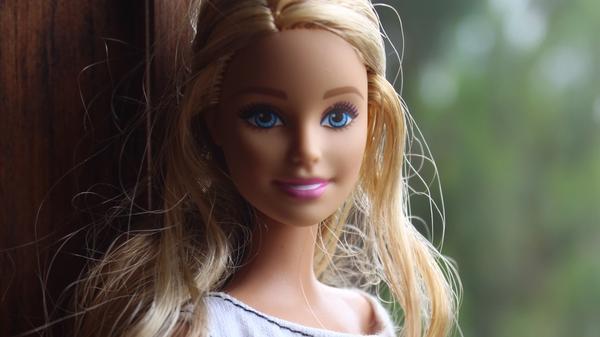 Barbie-dukke med langt blondt hår, Illustrasjonsbilde tatt av Sandra Gabriel fra Unsplash