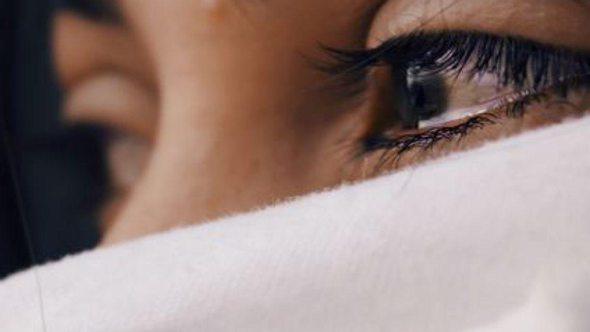 Person med tårer på øynene