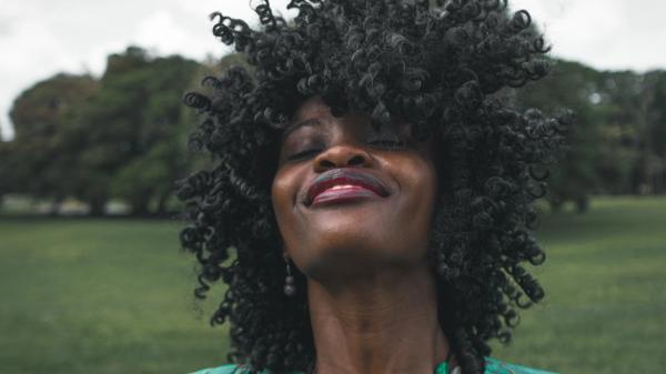 Kvinne i grønt smiler