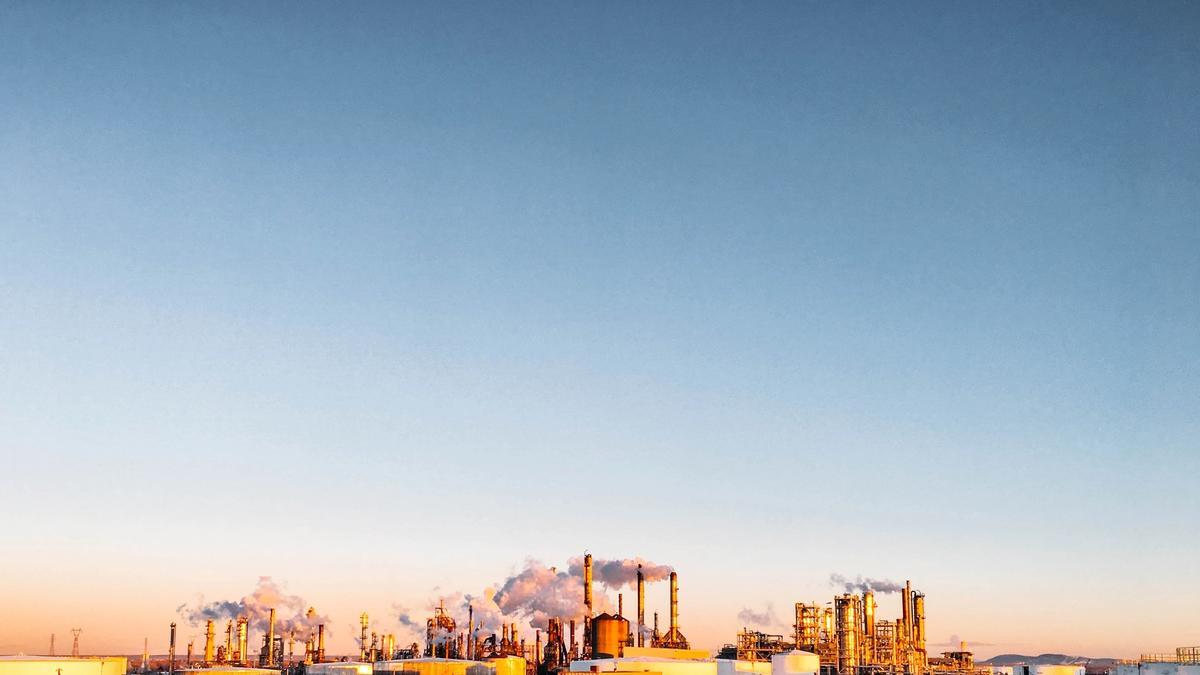Illustrasjonsbilde av en fabrikk med orange og blåtoner tatt av Chris Liverani fra Unsplash