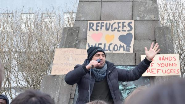 Bilde av taler under refugees welcome samling. Bilde er privat og publisert med tillatelse