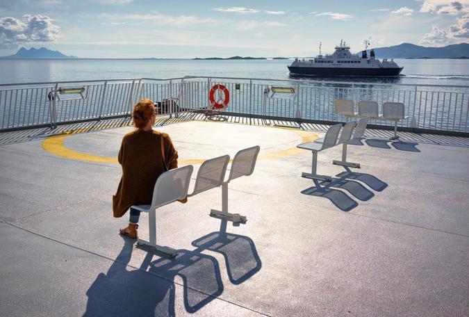 en kvinner sitter på en ferge i Norge