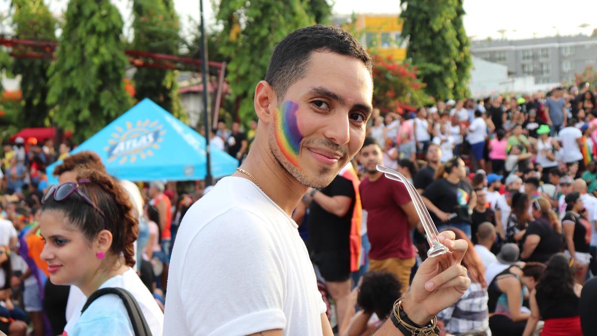 Illustrasjonsbilde av en mann med et regnbueflagg tegnet i ansiktet tatt av Betzy Arosemena fra Unsplash